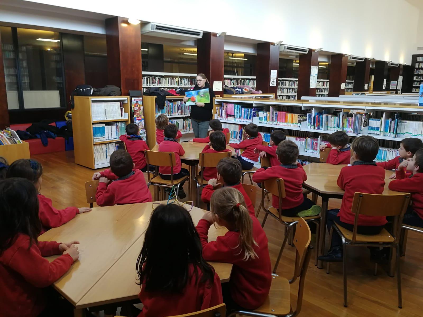 Los alumnos de Infantil de La Salle Alcoi visitan el Aula de Lectura de la Zona Nord