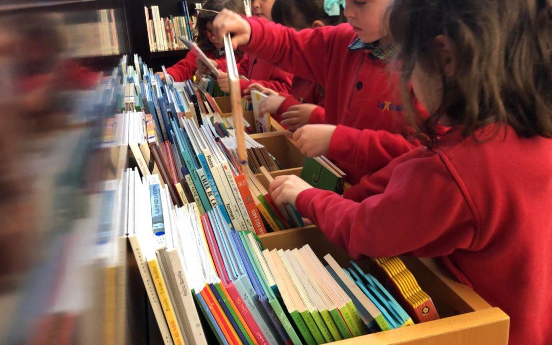 Alumnes d'Infantil de La Salle Alcoi visiten la biblioteca